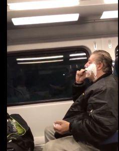 Un hombre se afeita en el metro en Nueva York y las redes sociales responden