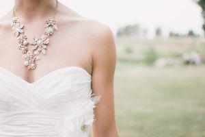 Sacerdote propone cobrar por cada centímetro de escote en los vestidos de novia