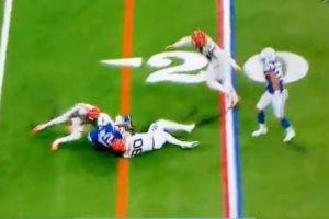 Salvaje golpe al casco de Andrew Luck deja al primer expulsado en la temporada de NFL