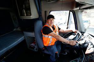 Camioneros amparados con TPS transportan su carga con el alma en vilo