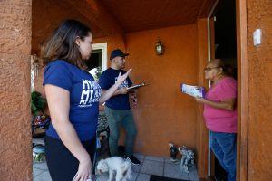 En clínicas y casas, promueven el voto latino