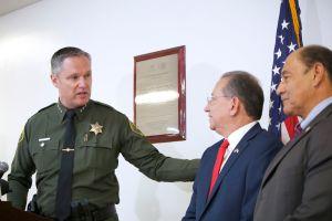 Sheriff del condado de Orange no ejecutará leyes de migración cuando patrullen las calles