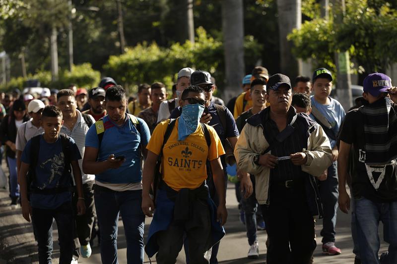 Cientos de salvadoreños en su ruta hacia México.