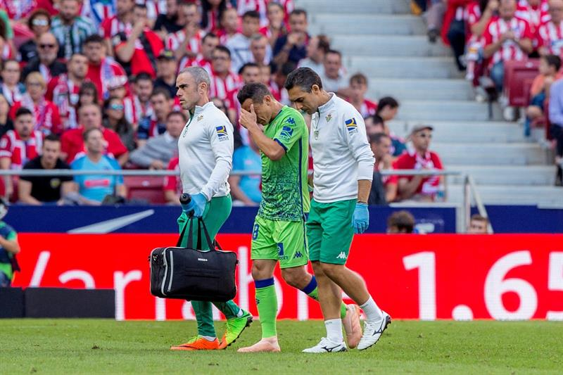 Andrés Guardado se lesionó al comenzar el partido contra el Atlético de Madrid