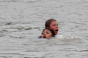Muere un hombre que intentaba salvar a un niño que se ahogaba en el río Kings River