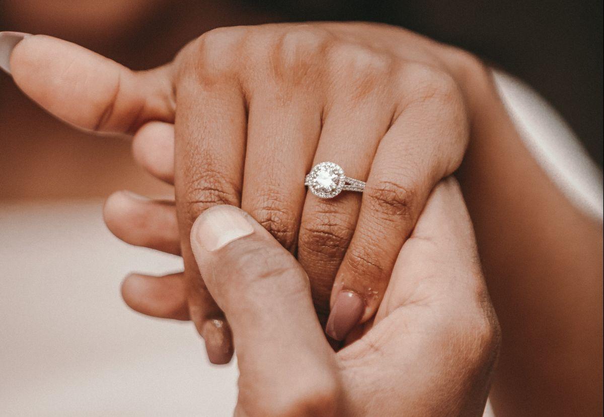 Novia es repudiada en Internet por criticar el anillo de compromiso que su novio le dio