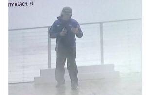 Video: Reportero sale huyendo para salvar su vida durante transmisión del huracán Michael