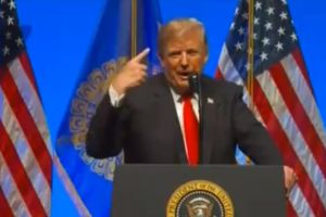 La broma de Trump sobre su cabello y el tiroteo en sinagoga