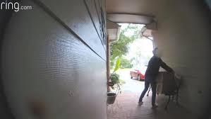 VÍDEO: Atrapada en el acto robando paquetes del porche