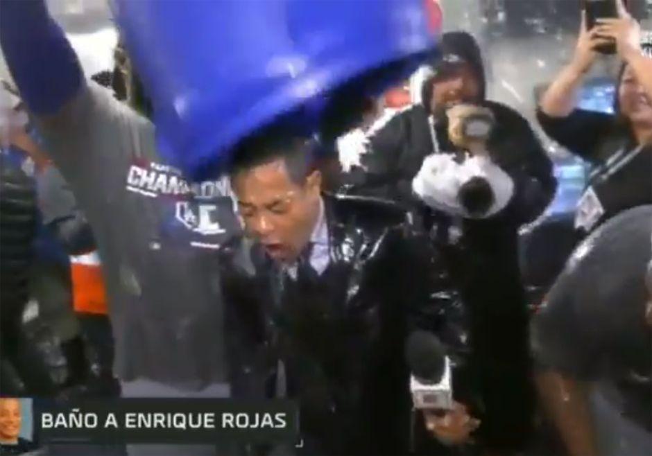 ¿Se propasó? Baño de Yasiel Puig a Enrique Rojas de ESPN en vivo divide opiniones