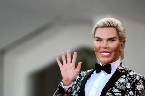 El Ken Humano, ahora Barbie, mostró escotazo como toda una diva