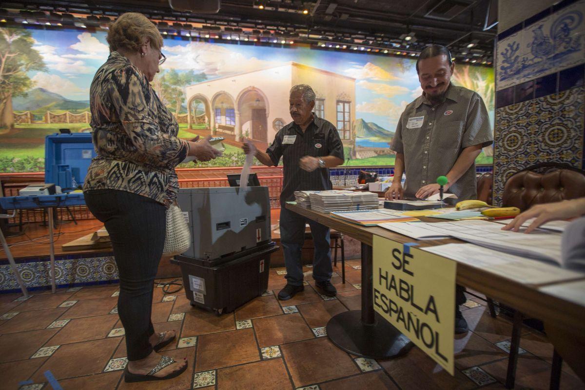 Activistas buscan que hispanos salgan a votar.