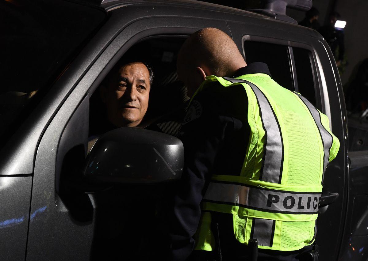 Paso a paso: qué hacer en caso de ser detenido por la policía mientras estás manejando