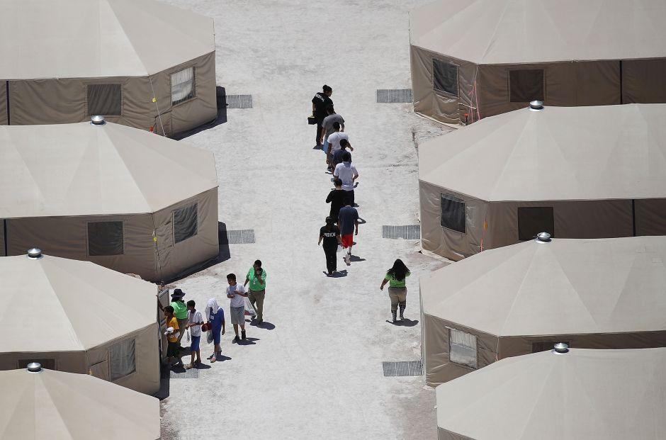 """Cientos de niños inmigrantes son trasladados en la noche a la """"ciudad de las carpas"""" en Texas"""