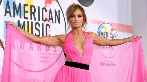 Escote de Jennifer Lopez en alfombra roja desata las pasiones