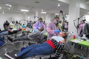 Miles de latinos sin seguro médico acuden a mega clínica de salud por servicios gratis