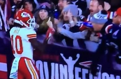 Patriots vetan al aficionado que bañó en cerveza a Tyreek Hill de los Chiefs