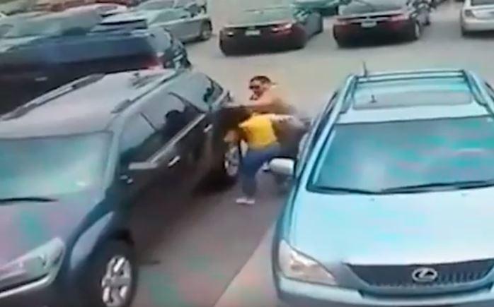 Video: Hombre propina brutal golpiza a una mujer por un lugar de estacionamiento