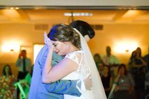 Escucha la voz de su padre, fallecido tres años atrás, durante el baile de bodas