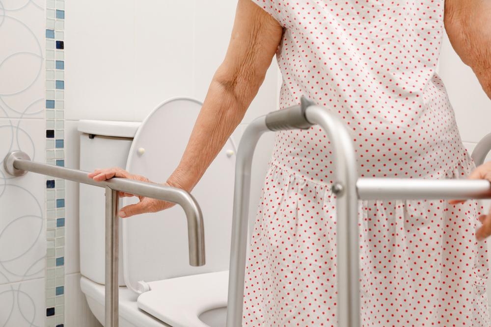 4 importantes soportes para ayudar a las personas mayores cuando van al baño