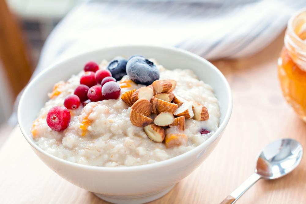 Receta saludable de avena con almendras y arándanos para desayunar