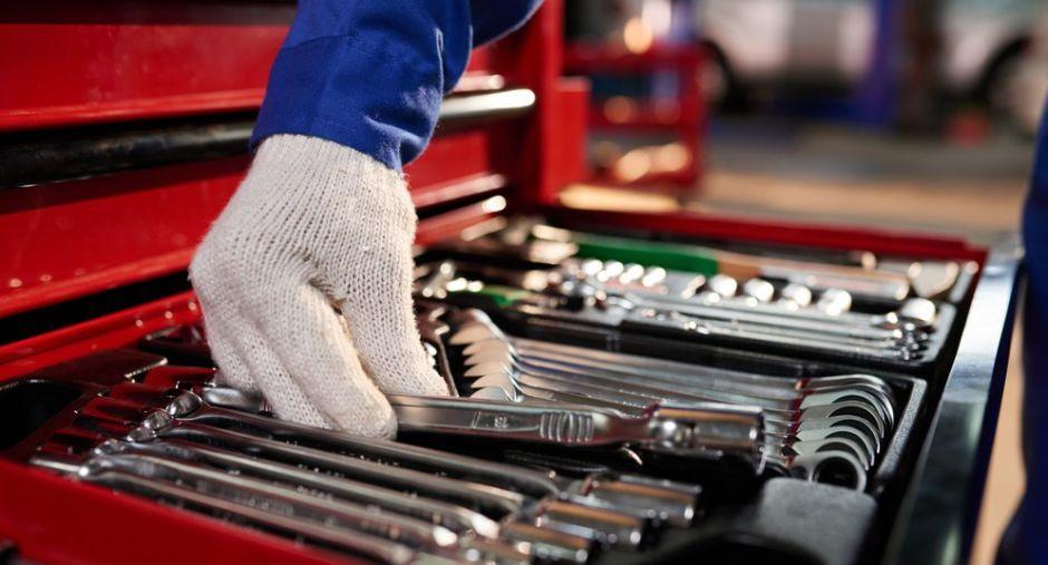 Las 8 herramientas básicas que necesitas para comenzar tu propio negocio como mecánico de autos