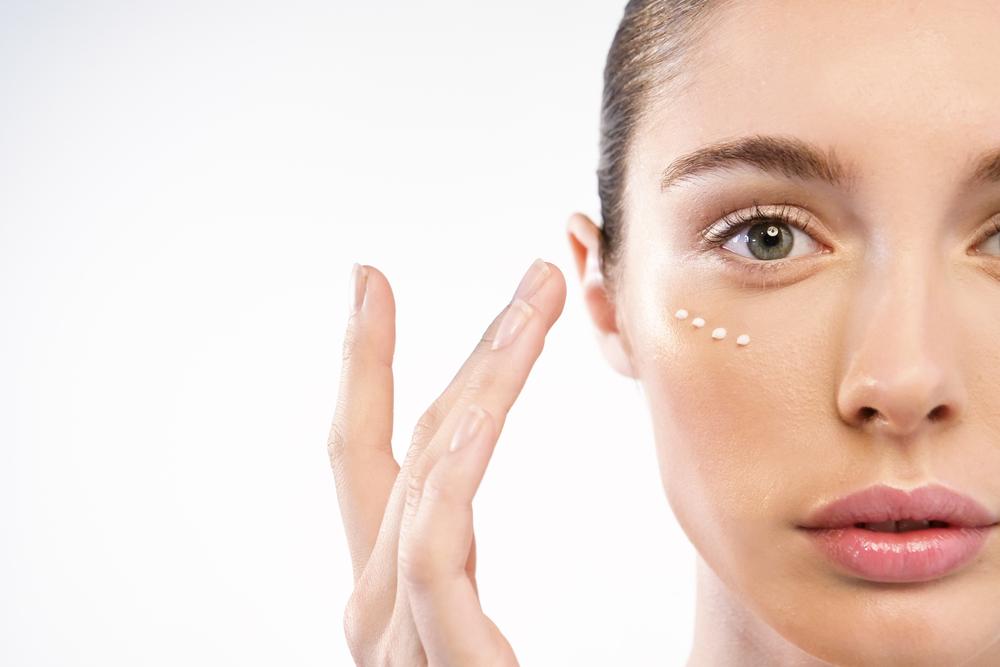 ¿Tienes arrugas alrededor de los ojos? Mira estos beneficios y usos de la crema anti envejecimiento Cicatricure