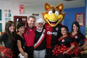 Rafa Márquez y Atlas sorprenden a una joven aficionada con leucemia
