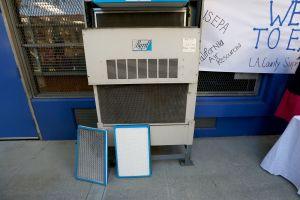 Compañías de camiones pagan multas e instalan filtros en escuelas de Los Ángeles para reducir la contaminación del aire