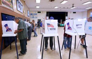 Votantes reportan algunos problemas en colegios electorales en Los Ángeles