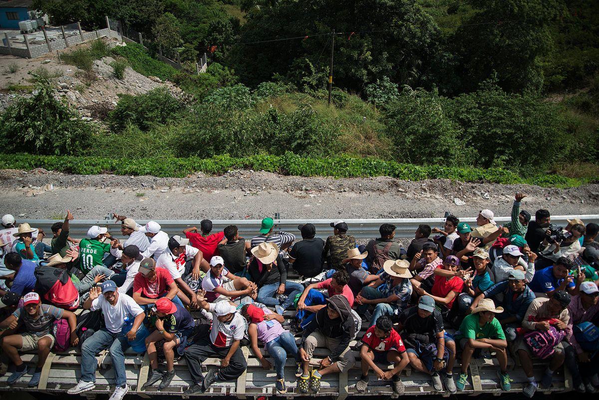 Primera caravana migrante avanza penosamente por México