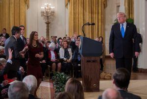 Asociación de corresponsales exige que la Casa Blanca devuelva credencial a Jim Acosta