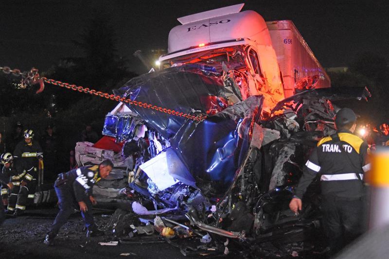 Tragedia en México, tráiler arrolla autos y deja al menos 10 muertos