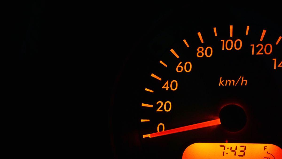 Conducir en punto muerto, ¿ahorra gasolina?