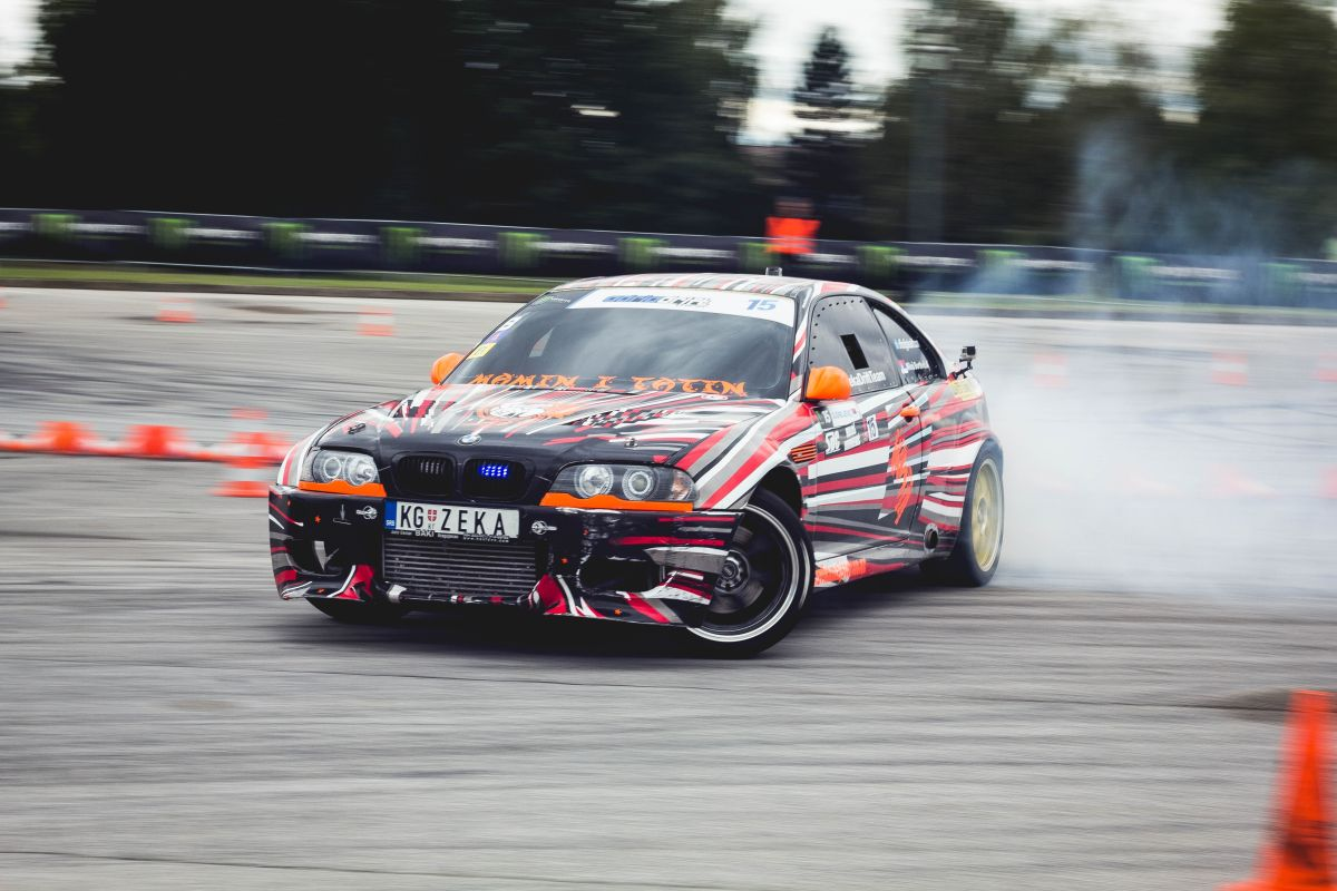 Mira lo que sucede debajo de un Toyota Supra cuando está haciendo drift