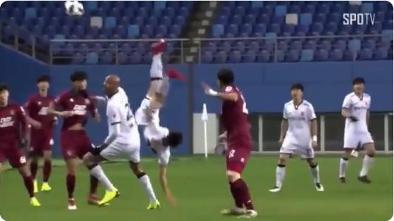 VIDEO: El dramático momento en que un futbolista se rompe el cuello y convulsiona