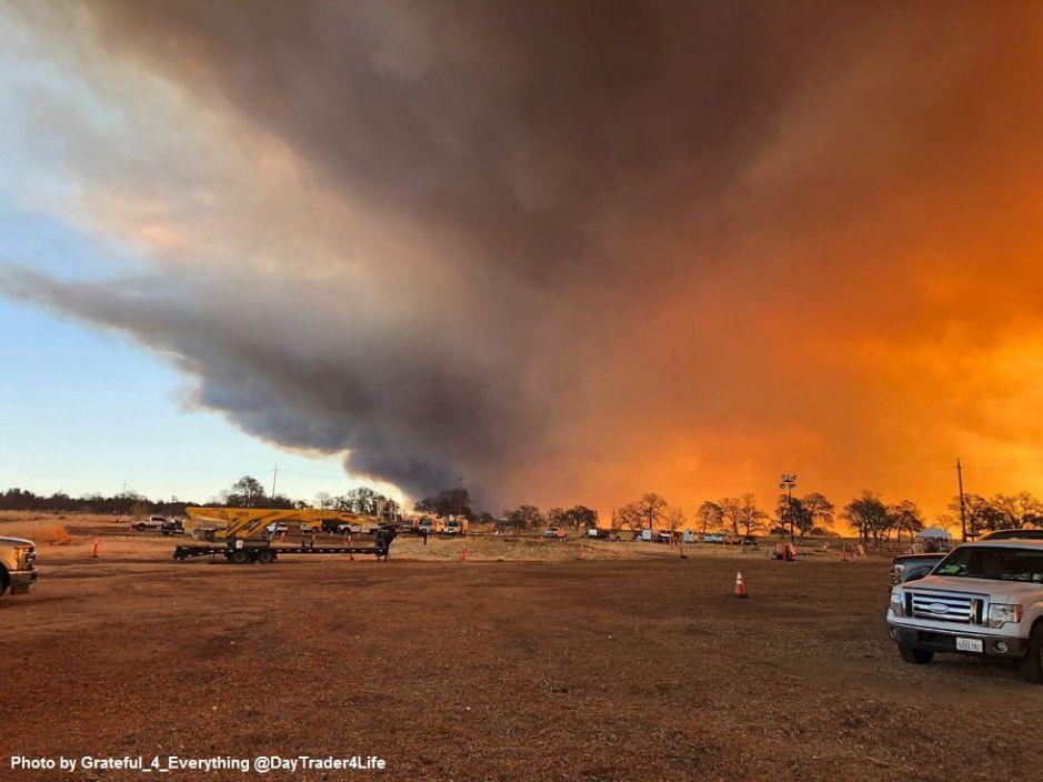 Miles tienen que huir de incendio en el condado Butte en el norte de California