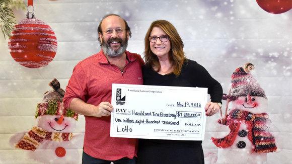 Sorpresa de Thanksgiving Day: Pareja halla billete de lotería por casi $2 millones