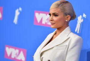 Checa el lujoso Ferrari que Kylie Jenner le obsequió a su madre