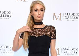 Paris Hilton cubrió sus senos con sus brazos mientras usaba unas sexys medias de encaje