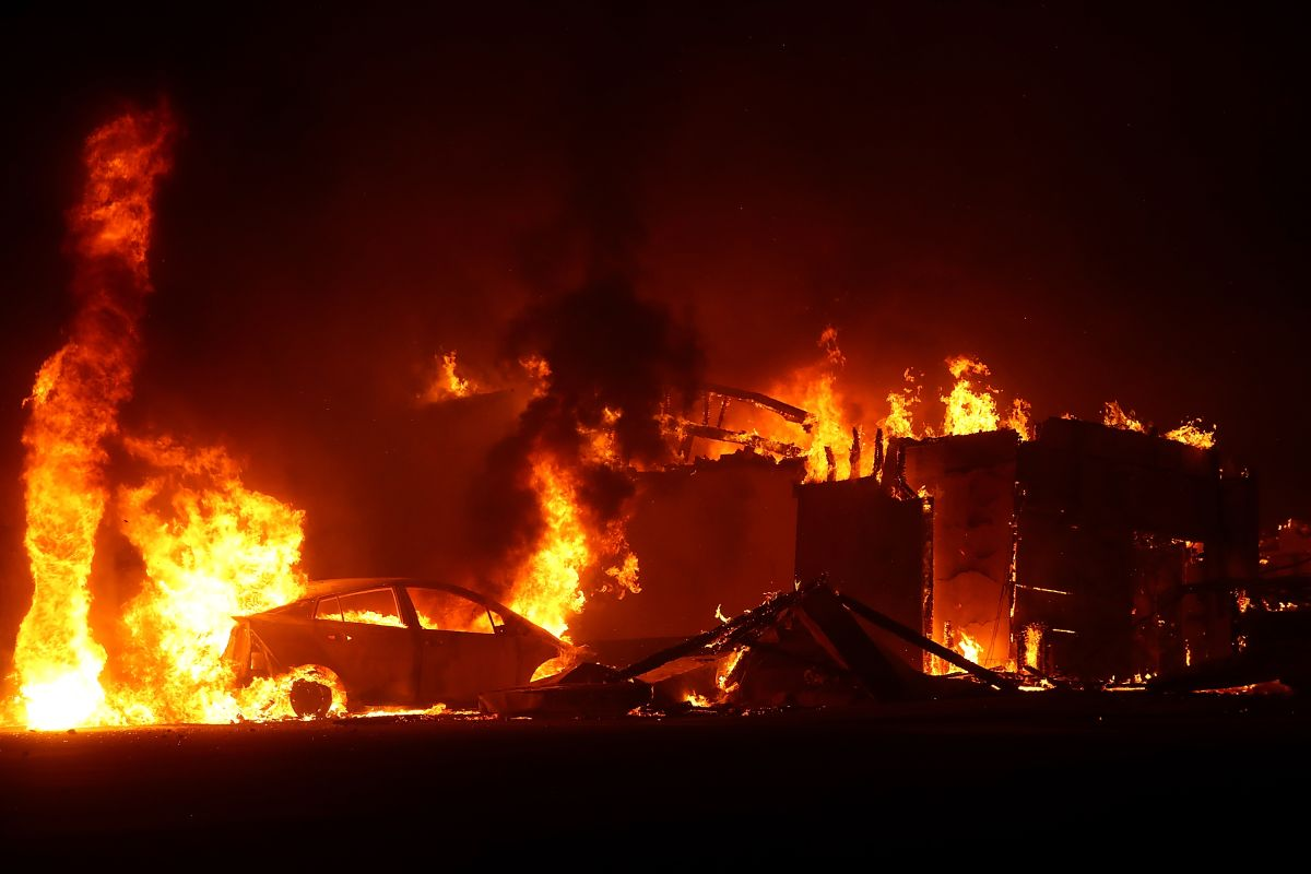 Un restaurant KFC arde en el incendio en Paradise, en California, en 2018.