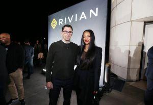 Parece que a Rihanna se le dan bien las pickups... eléctricas