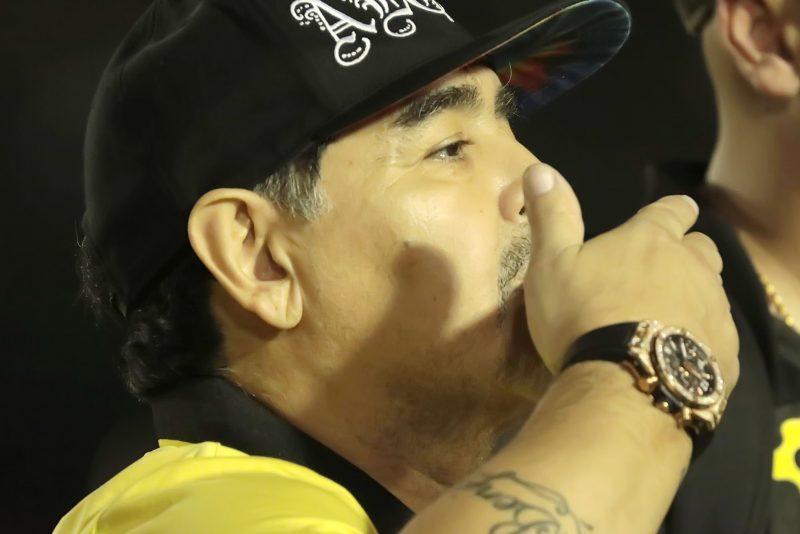 ¿Por qué Maradona lleva un reloj en cada mano? Juntos valen $50,000 dólares
