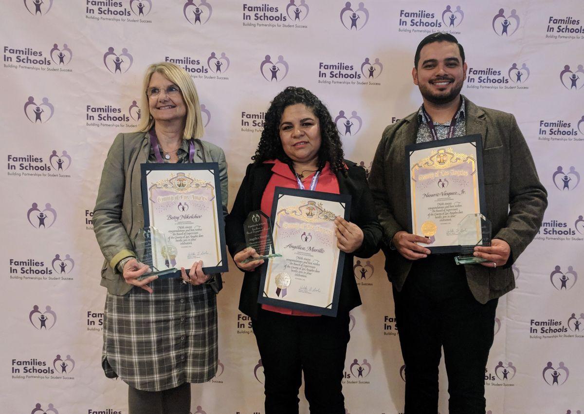 De der. a izq. Betsy Nikolchev, Angelica Murillo y Nasario Vásquez Jr., ganadores del premio Excellence in Parent Engagement Award 2018 otorgado por la organización Families in Schools. (Jacqueline García)