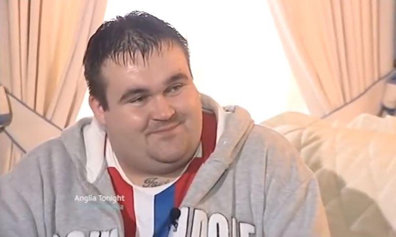 Se volvió millonario tras ganar la lotería y hoy vive de recoger basura
