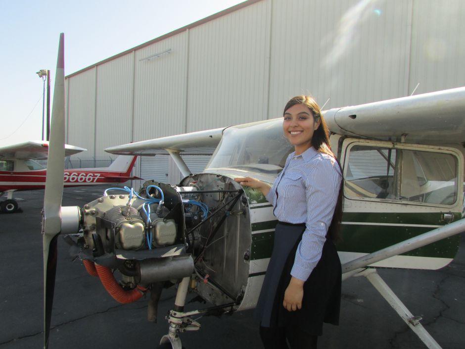 Animan a las mujeres a estudiar para ser mecánicas en aviación