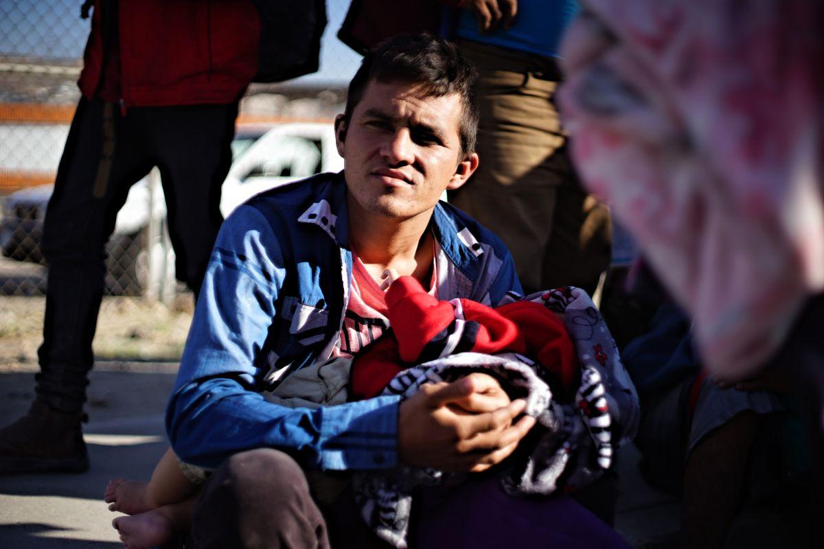 Un padre hondureño se encuentra en la caravana con su bebita de 3 meses de nacida. / fotos: Manuel Ocaño.