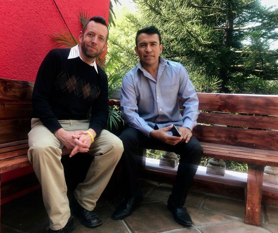 Patrick Diamond y Jesús Ríos en la terraza de uno de los departamentos remodelados en equipo.