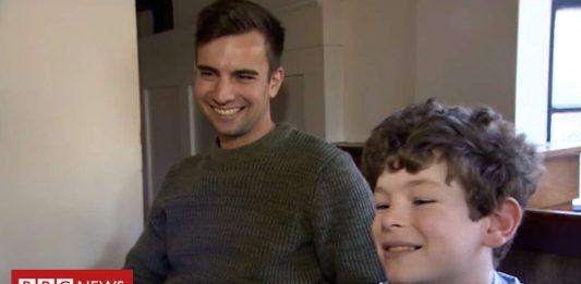Billy Higgins salva la vida de un niño al donarle médula ósea.