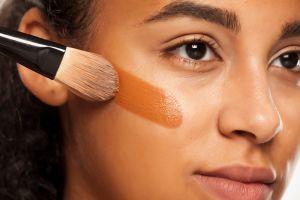 Las 5 mejores bases de maquillaje para piel grasa y mixta que duran todo el día